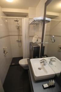 Ein Badezimmer in der Unterkunft Prominent Inn Hotel
