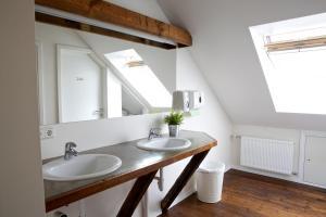 A bathroom at Akureyri Backpackers
