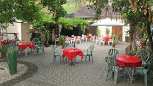 Ein Restaurant oder anderes Speiselokal in der Unterkunft Hotel Garni Hauth