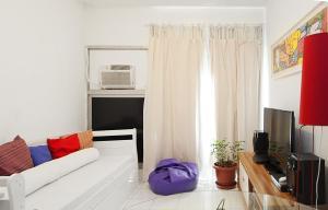 Uma TV ou centro de entretenimento em Flat Luxuoso Coração de Copacabana