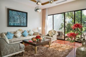 A seating area at Vinpearl Resort & Spa Phu Quoc