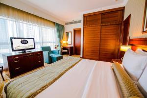 سرير أو أسرّة في غرفة في Grand Mercure Abu Dhabi