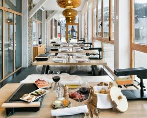 A restaurant or other place to eat at Rafaelhoteles By La Pleta
