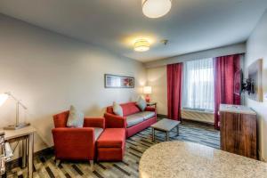 A seating area at Staybridge Suites - University Area OSU, an IHG Hotel