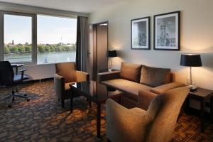 A seating area at Courtyard by Marriott Hannover Maschsee