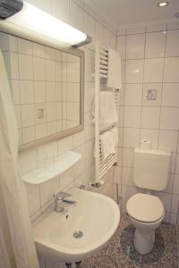 Een badkamer bij Hotel Weinhaus Weis