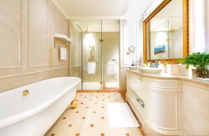 Ein Badezimmer in der Unterkunft Legend Palace Hotel