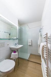 A bathroom at Hotel Rottaler Hof