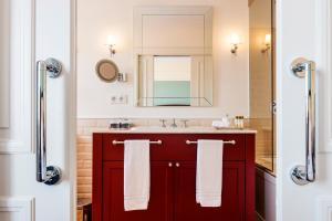 A bathroom at Infante Sagres – Luxury Historic Hotel