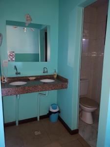 A bathroom at Hostel Iguazu Falls