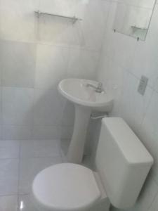 Um banheiro em Cond Apartamentos Chalés San Marino