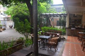 Un restaurante o sitio para comer en Lamphuhouse Bangkok