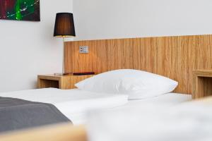 A bed or beds in a room at Cityherberge