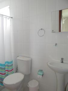 Um banheiro em Residencial Marina Clube