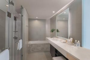 A bathroom at Seda Vertis North Quarantine Hotel