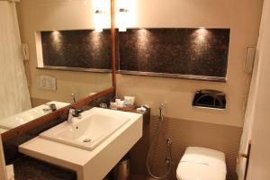 A bathroom at Helnan Palestine Hotel