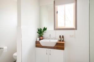 A bathroom at The Peaks Halls Gap