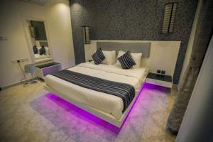 Cama ou camas em um quarto em Masarat Al Wurud Furnished Apartments