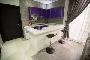 A cozinha ou cozinha compacta de Masarat Al Wurud Furnished Apartments