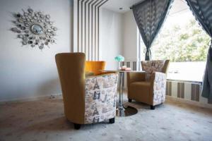 Uma área de estar em Masarat Al Wurud Furnished Apartments