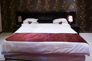 Cama ou camas em um quarto em Golden Park Hotel