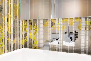 A bathroom at Vendôme Opera Hotel