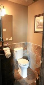 A bathroom at Alpine Retreat Bed and Breakfast