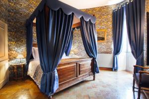A bed or beds in a room at Château D'igé