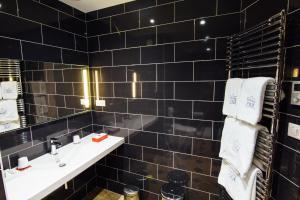 A bathroom at Château D'igé