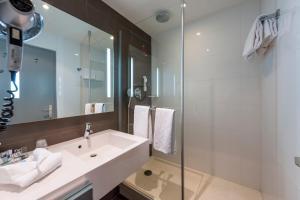A bathroom at Hotel Mercure Grenoble Centre Président