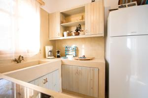 A kitchen or kitchenette at Arodamos Sea House