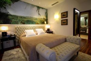 سرير أو أسرّة في غرفة في Mirador de Dalt Vila-Relais & Chateaux