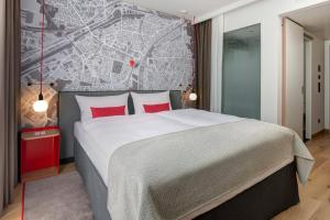 A bed or beds in a room at IntercityHotel Duisburg