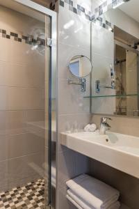 A bathroom at Hotel France Albion