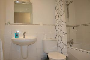 A bathroom at Oceana Accommodation - Sycamore court, Southampton apartment, Walking distance to hospitals, parking, sleeps 6