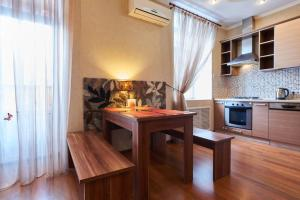 Кухня або міні-кухня у Home Hotel Apartments on Khreshchatyk Area