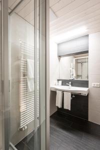A bathroom at Hotel Oberland