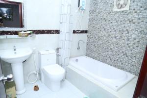 Ein Badezimmer in der Unterkunft Phu Qui Hotel
