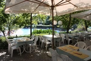 A restaurant or other place to eat at Garden Village San Marino