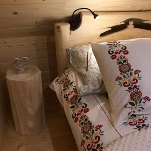 Łóżko lub łóżka w pokoju w obiekcie Góralska Osada Karpacz - Domki Lux