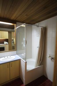 A bathroom at Arlberg Hotham