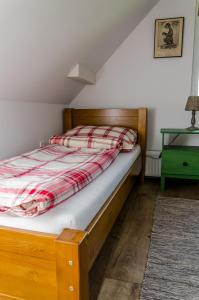 A bed or beds in a room at Parkland Inn