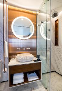 A bathroom at Tien Hotel.Residence