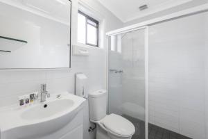 A bathroom at Mercure Wagga Wagga