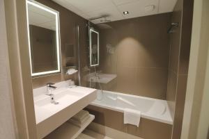 A bathroom at Hotel Mercure Blois Centre