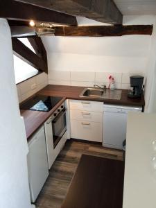Een keuken of kitchenette bij Haus am Ufer mit Rheinpanoramablick