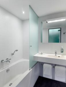 A bathroom at Park Plaza Amsterdam Airport