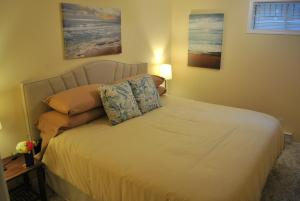 A bed or beds in a room at Riverview Retreat B&B