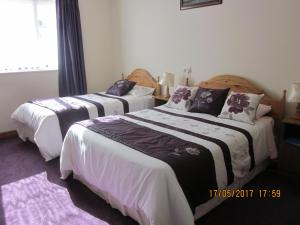 A bed or beds in a room at Cois na Mara B&B