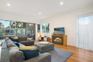 A seating area at Moonah Beachside Retreat